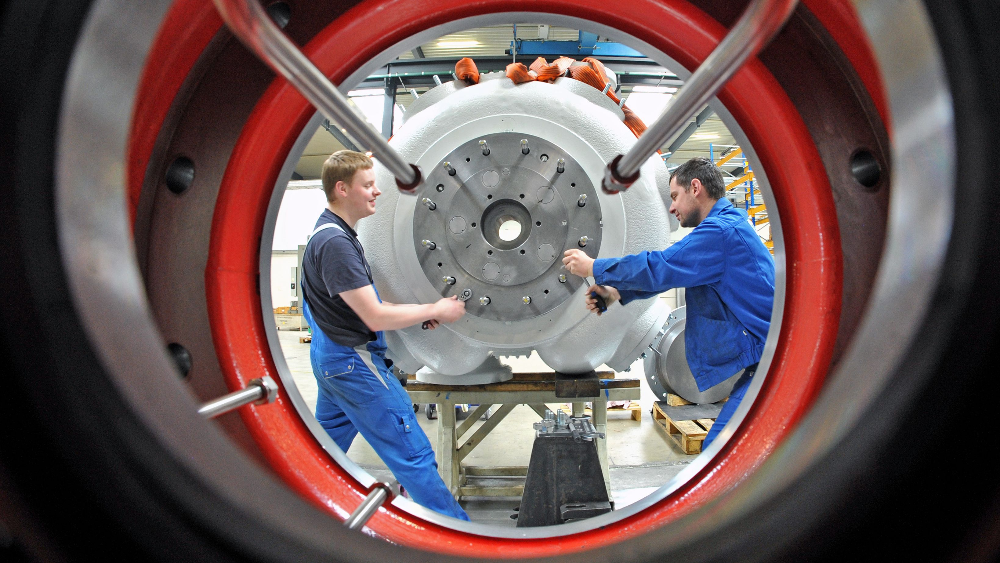 In der Borsig ZM Compression GmbH Meerane montieren Arbeiter einen Zylinder für eine Verdichteranlage, die für den Iran bestimmt ist.