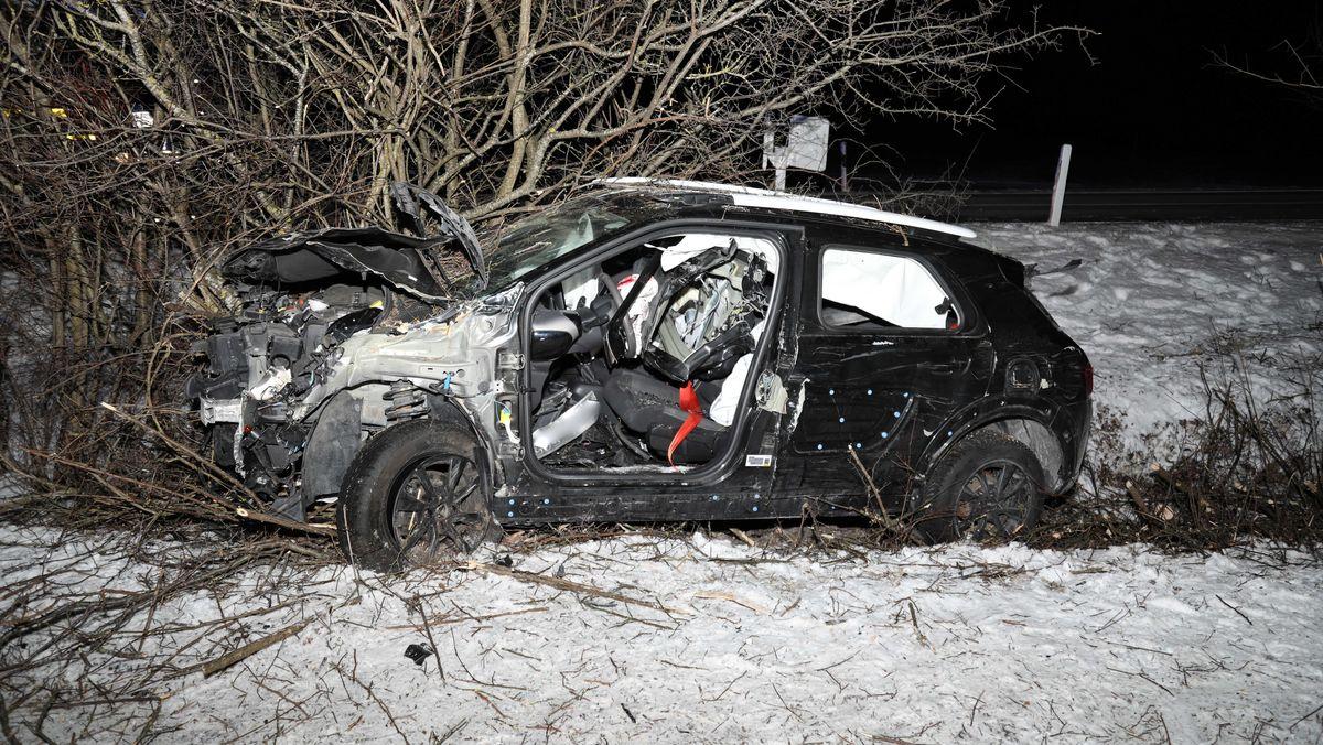 Unfall bei Peiting (Lkr. Weilheim-Schongau) - Ohne automatischem Notruf per E-Call-System im Auto hätte eine eingeklemmte 21-Jährige womöglich die Nacht nicht überlebt.