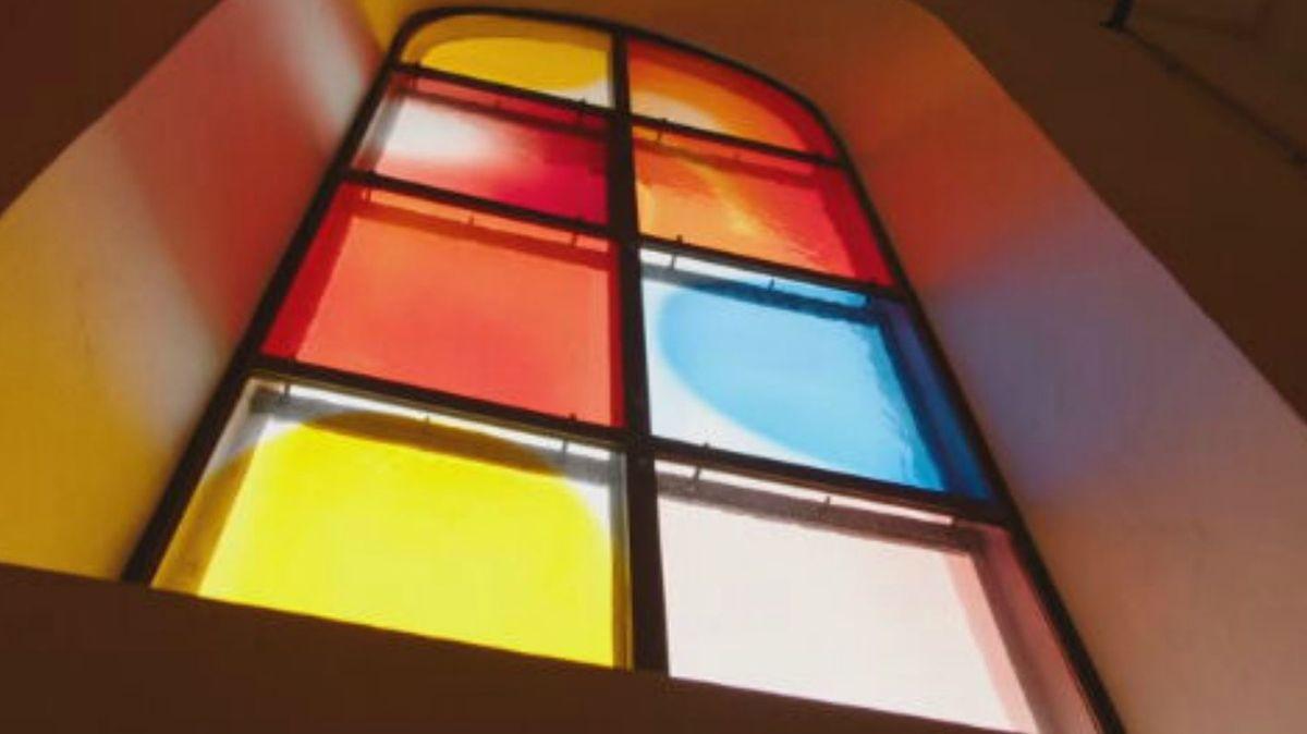 Kirchenfenster von Jerry Zeniuk in Hebertshausen