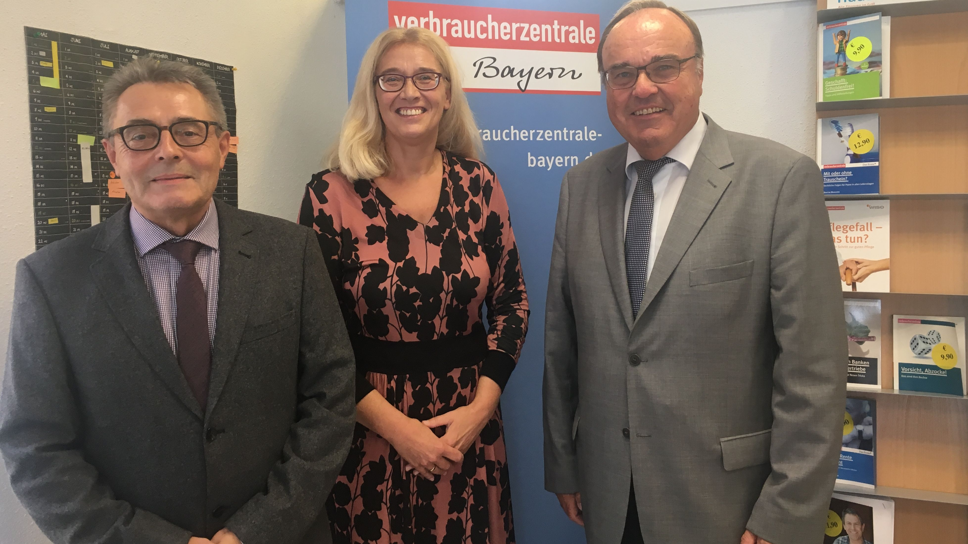 Meinhard  Krems Leiter der Beratungsstelle Hof mit Marion Zinkeler Verbraucherzentrale Bayern und Hofs Bürgermeister Eberhard Siller