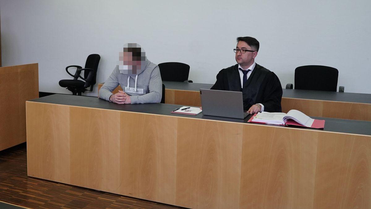 Angeklagter und Verteidiger im Gerichtssaal