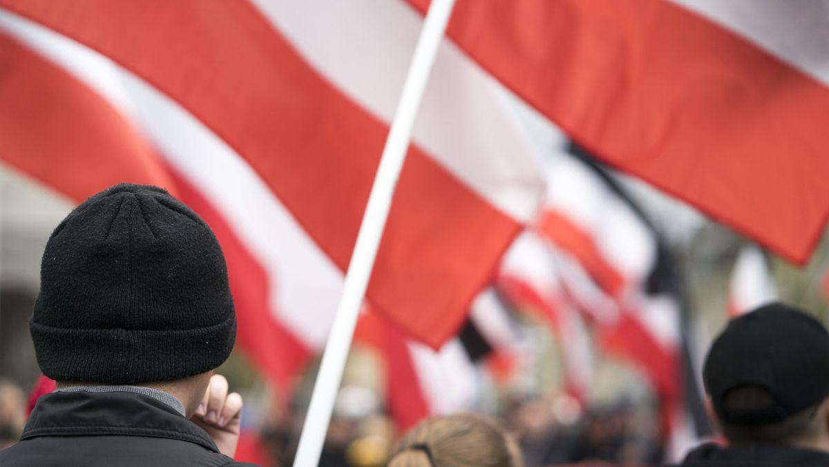 """Kundgebung der Neonazi-Partei """"Die Rechte"""" für die verurteilte und inhaftierte Holocaustleugnerin Ursula Haverbeck am Jahrestag der Nazi-Reichpogromnacht am 9. November in Bielefeld"""