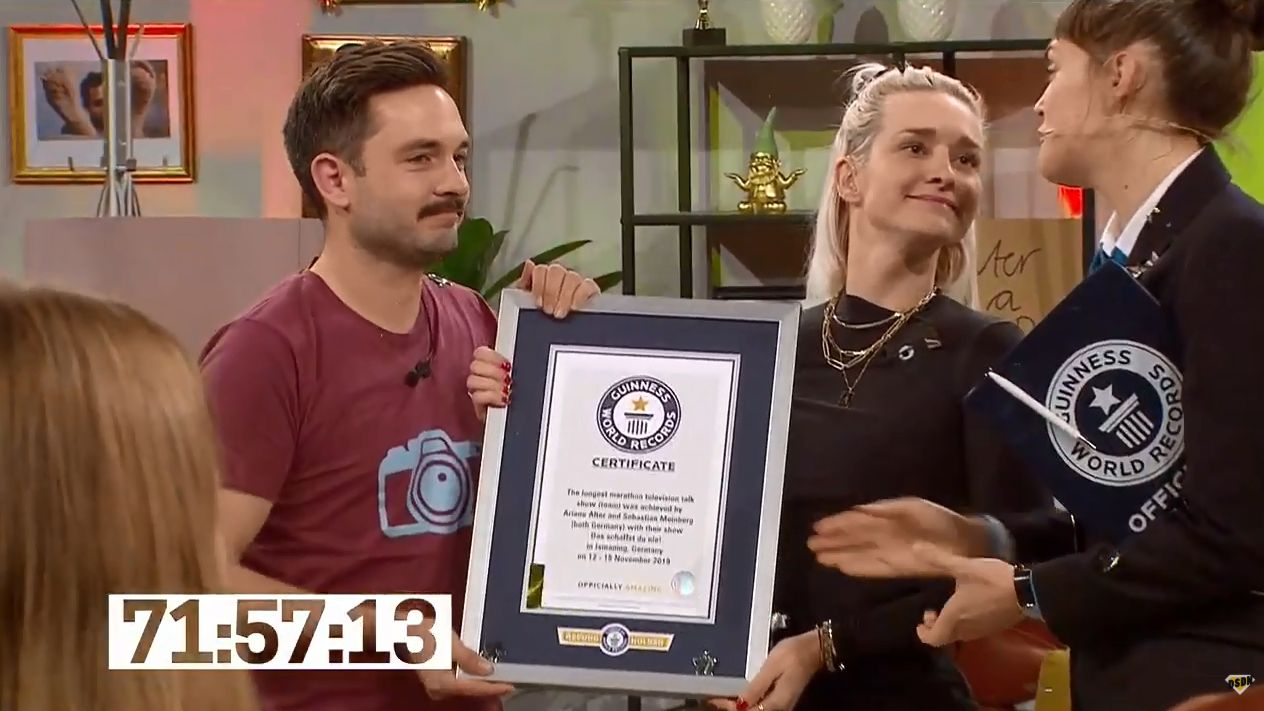 Sebastian Meinberg und Ariane Alter bekommen die offizielle Weltrekord-Urkunde überreicht
