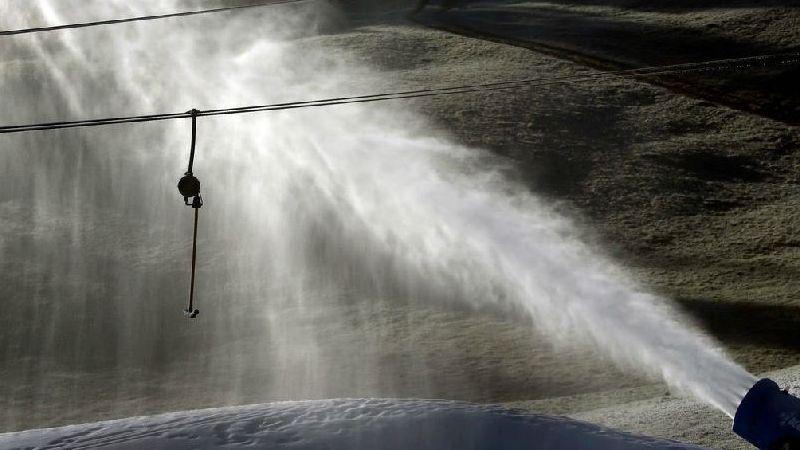 Auch Kunstschnee schmilzt bei den aktuell milden Temperaturen wieder weg