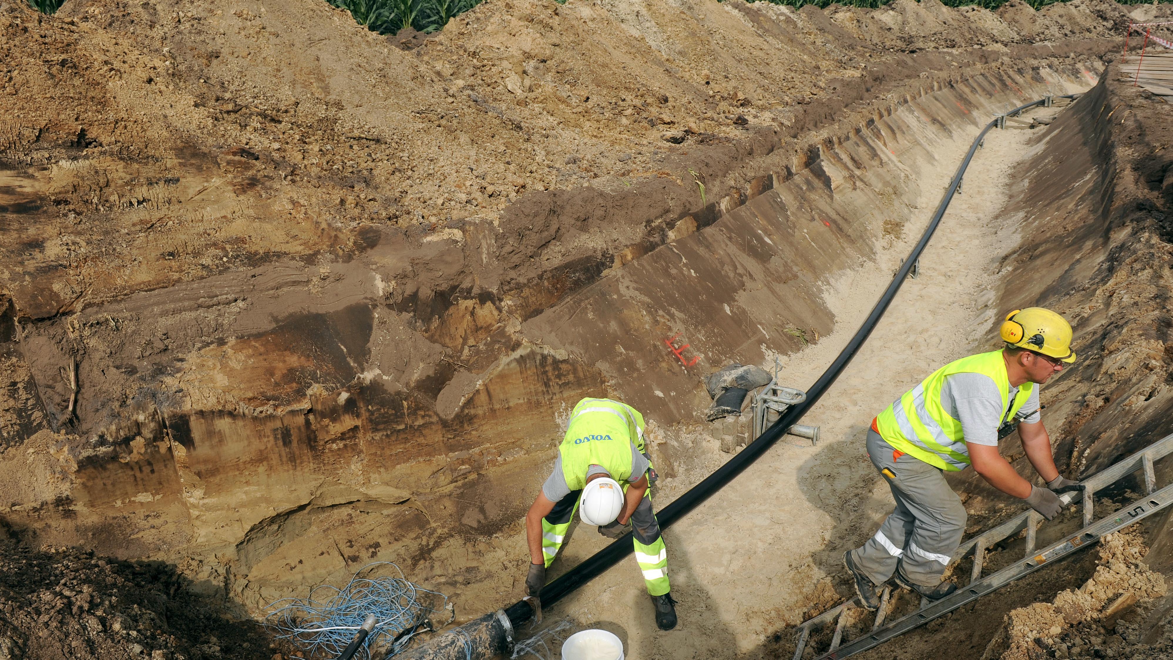 Arbeiter verlegen 2012 Gleichstrom-Hochspannungsanschlußkabel im emsländischen Dörpen