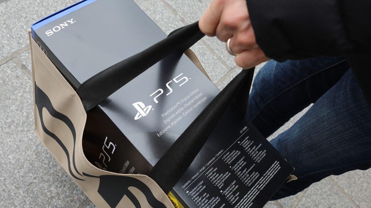 Eine PlayStation 5 in einer Einkaufstüte.