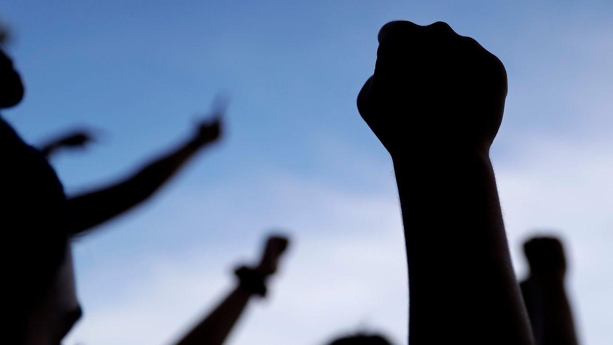 In den Himmel gestreckte Fäuste, Symbole des politischen Widerstands.