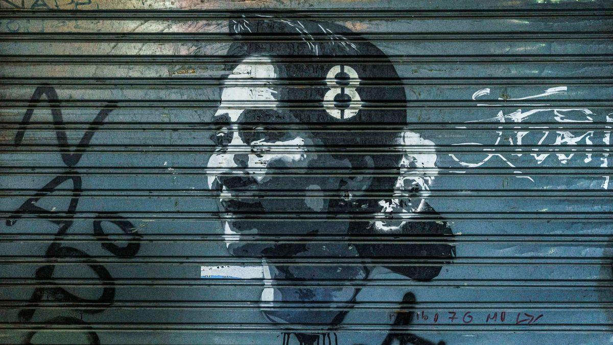 Geschlossenes Geschäft mit einem Graffiti-Porträt von Aung San Suu Kyi