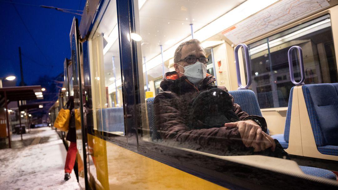 Fahrgast trägt eine FFP2-Maske in einer Straßenbahn