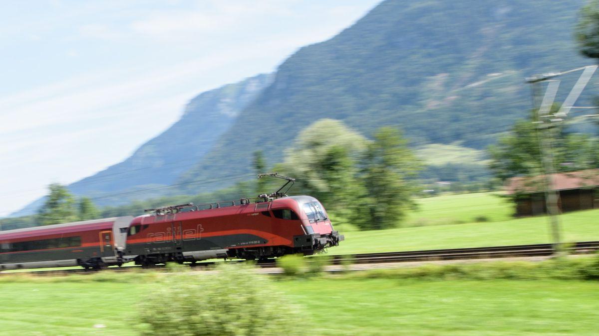 Bayern, Flintsbach am Inn: Ein Zug der Österreichischen Bundesbahnen (ÖBB) fährt über die Gleise der Bahntrasse durch das Inntal zwischen Rosenheim und Kufstein.