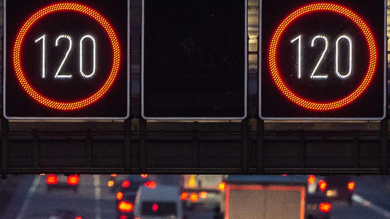 Geschwindigkeitsbegrenzung auf einer Autobahn (Symbolbild).