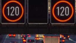Geschwindigkeitsbegrenzung auf einer Autobahn (Symbolbild). | Bild:picture alliance/Silas Stein/dpa