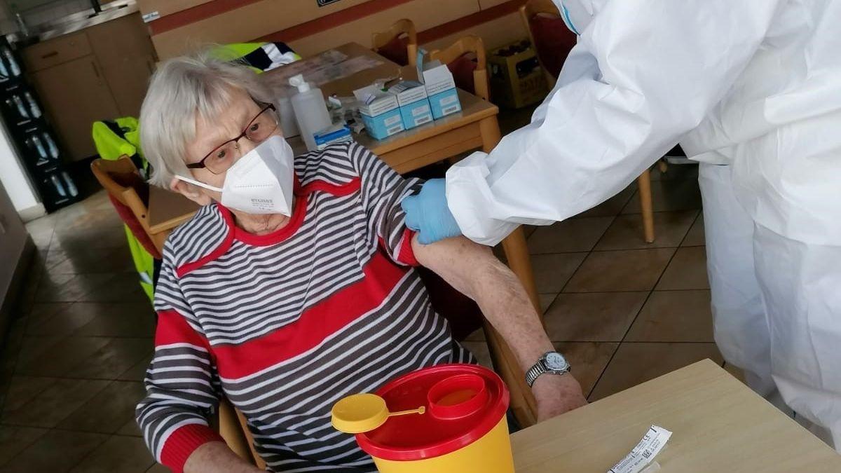 Seniorin wird im Seniorenheim geimpft