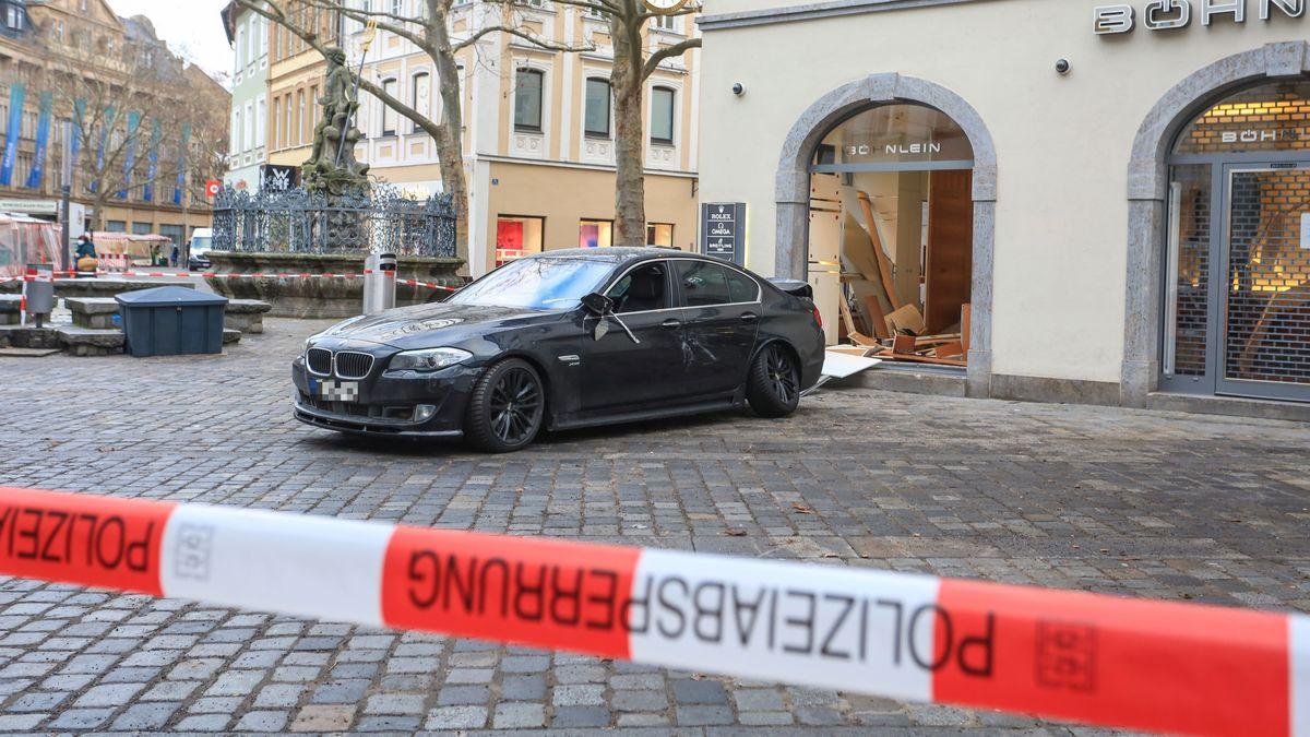 Ein schwarzer BMW steht in der Bamberger Innenstadt vor einem aufgebrochenen Juweliergeschäft.
