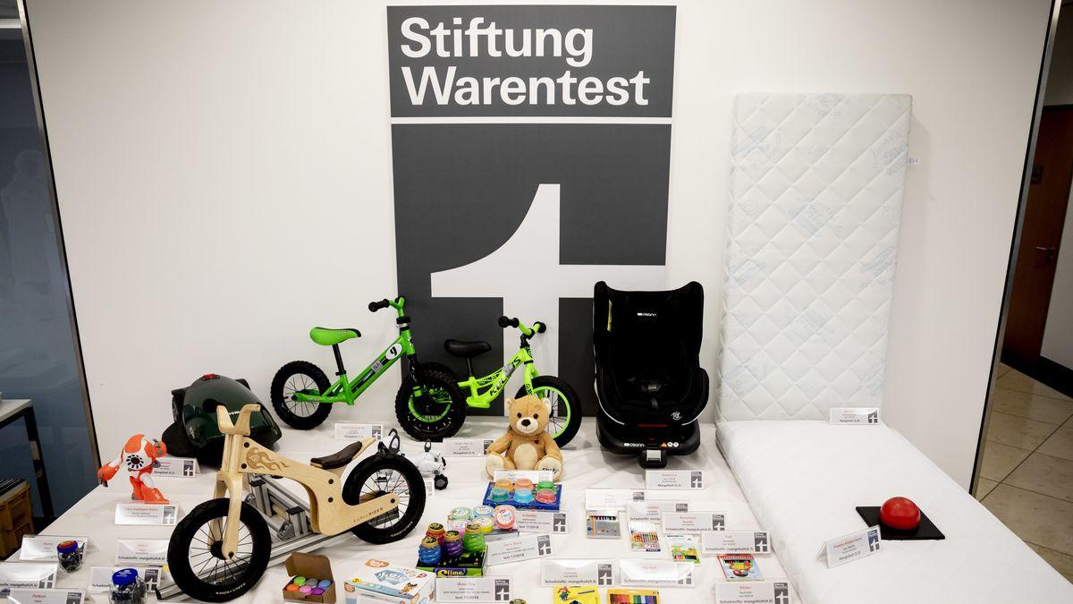 Kinderprodukte, die bei Tests der Stiftung Warentest besonders negativ auffielen, liegen auf einem Tisch.