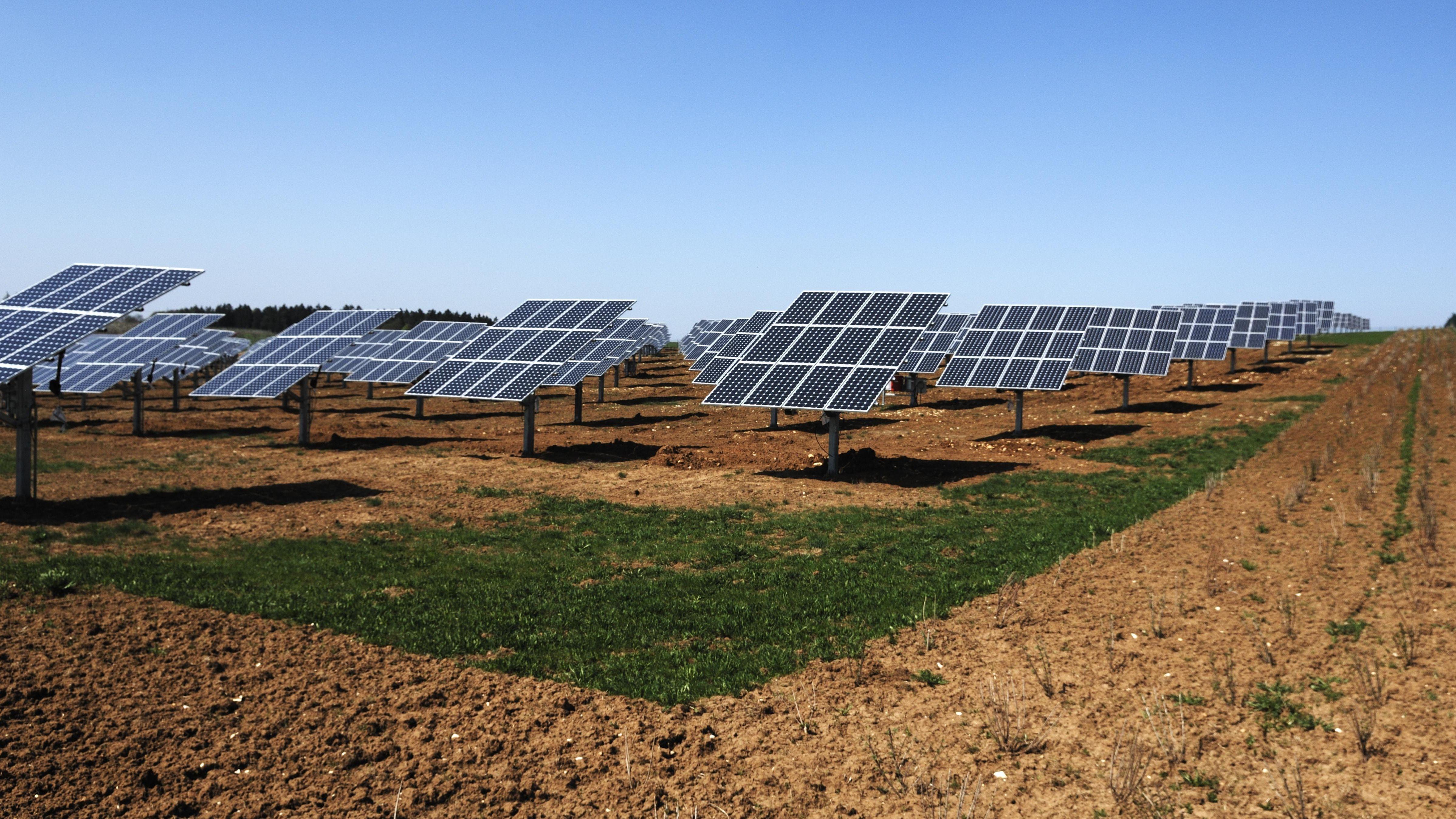 Photovoltaik-Anlage auf einem Feld in Oberrüsselbach, Oberfranken