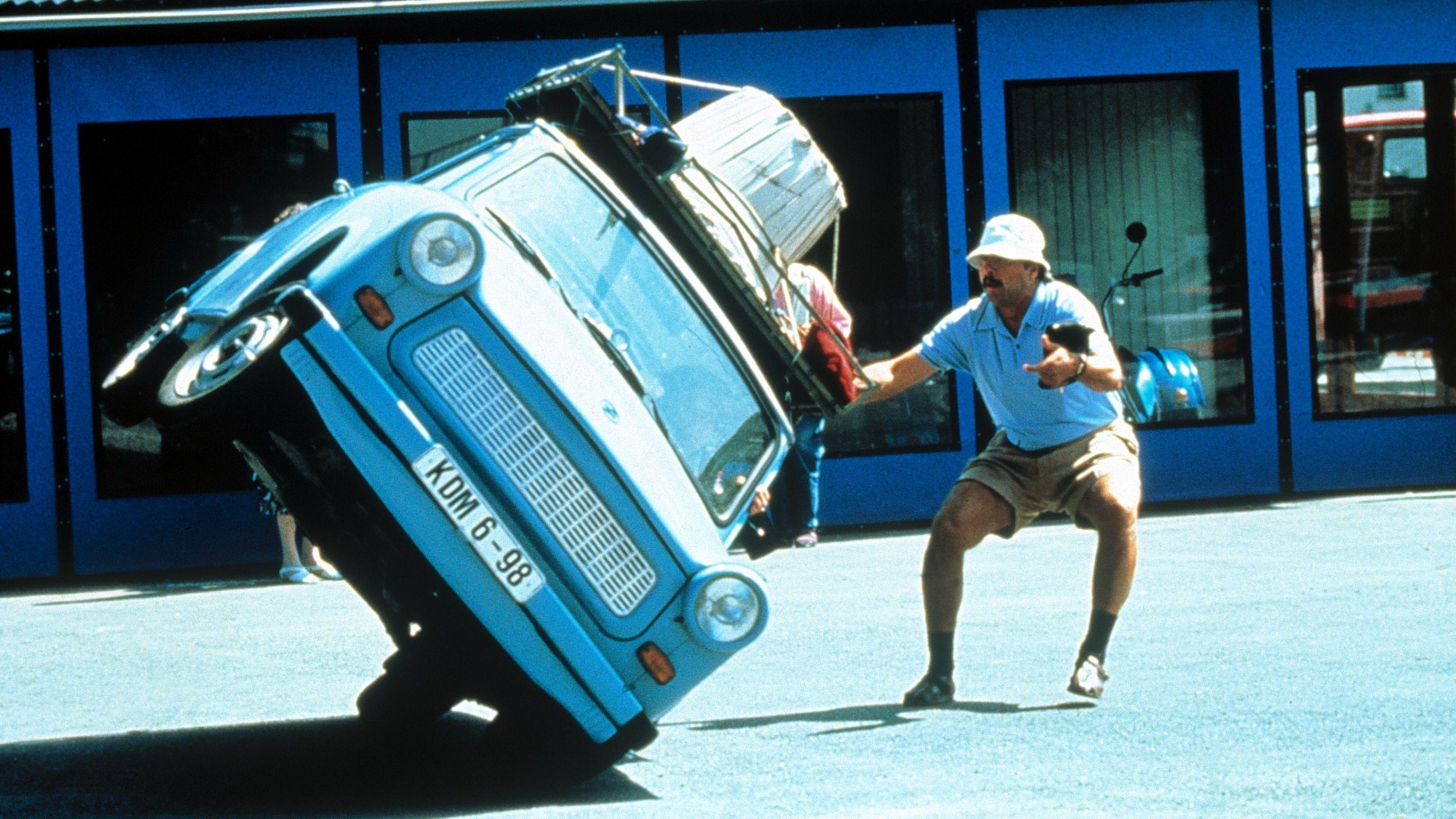 """Filmszene """"Go Trabbi go"""" mit Wolfgang Stumph (1991)"""