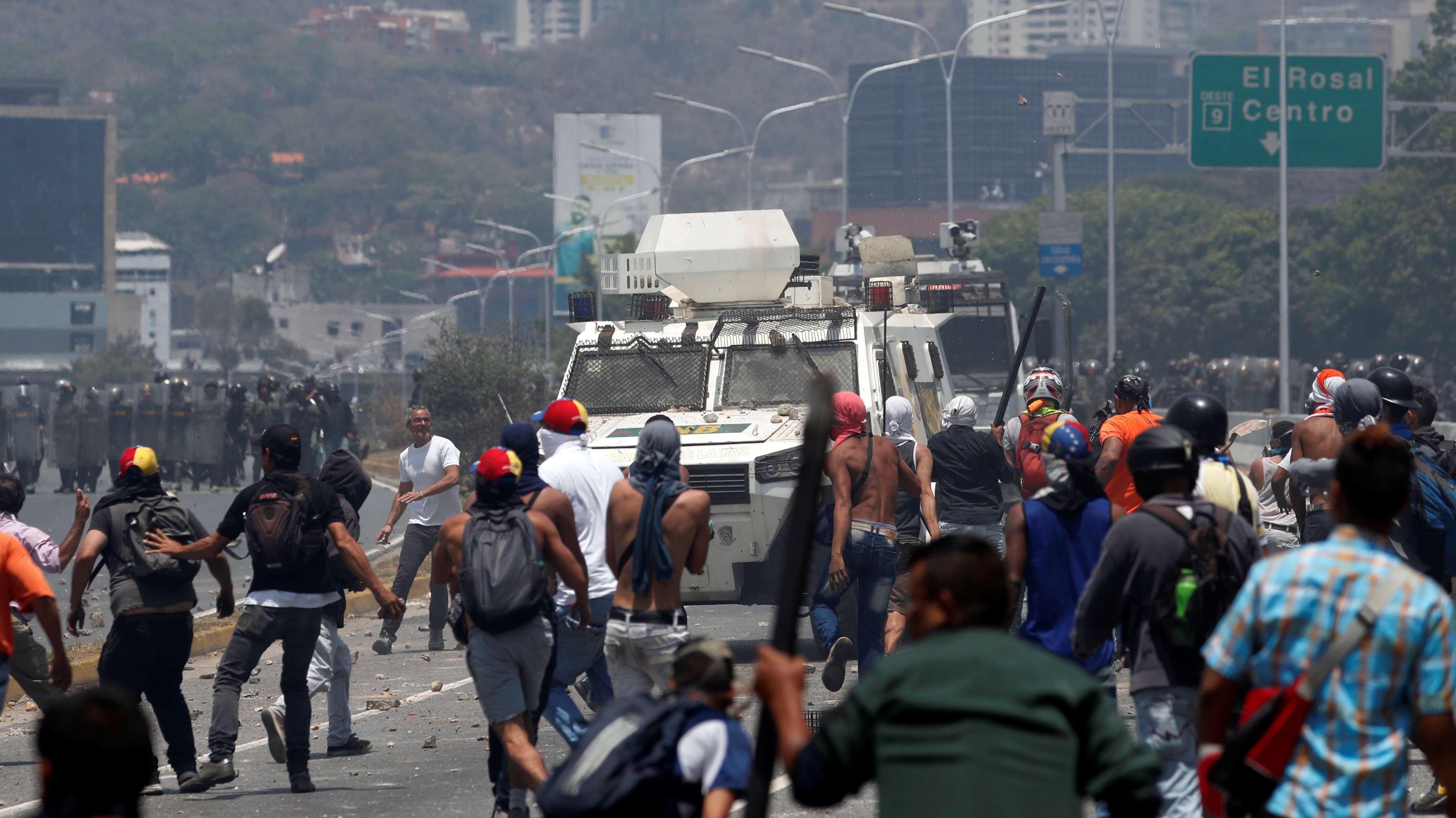Demonstranten stoßen in Caracas mit Sicherheitskräften zusammen