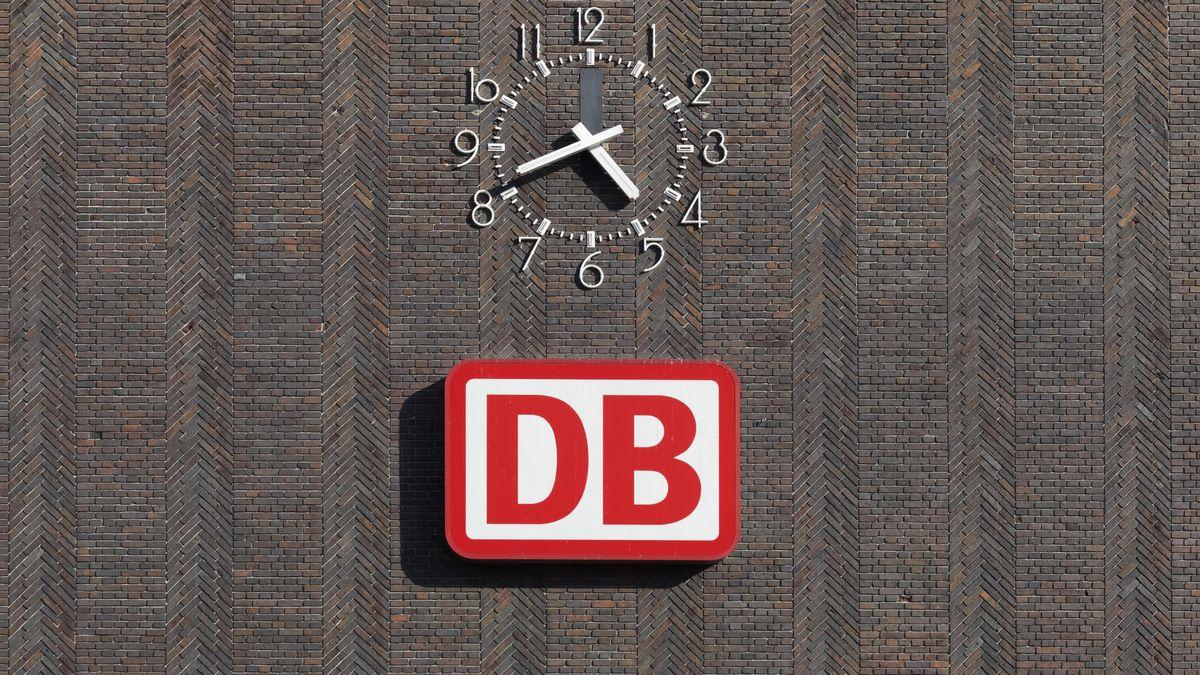 DB-Logo mit Bahnuhr