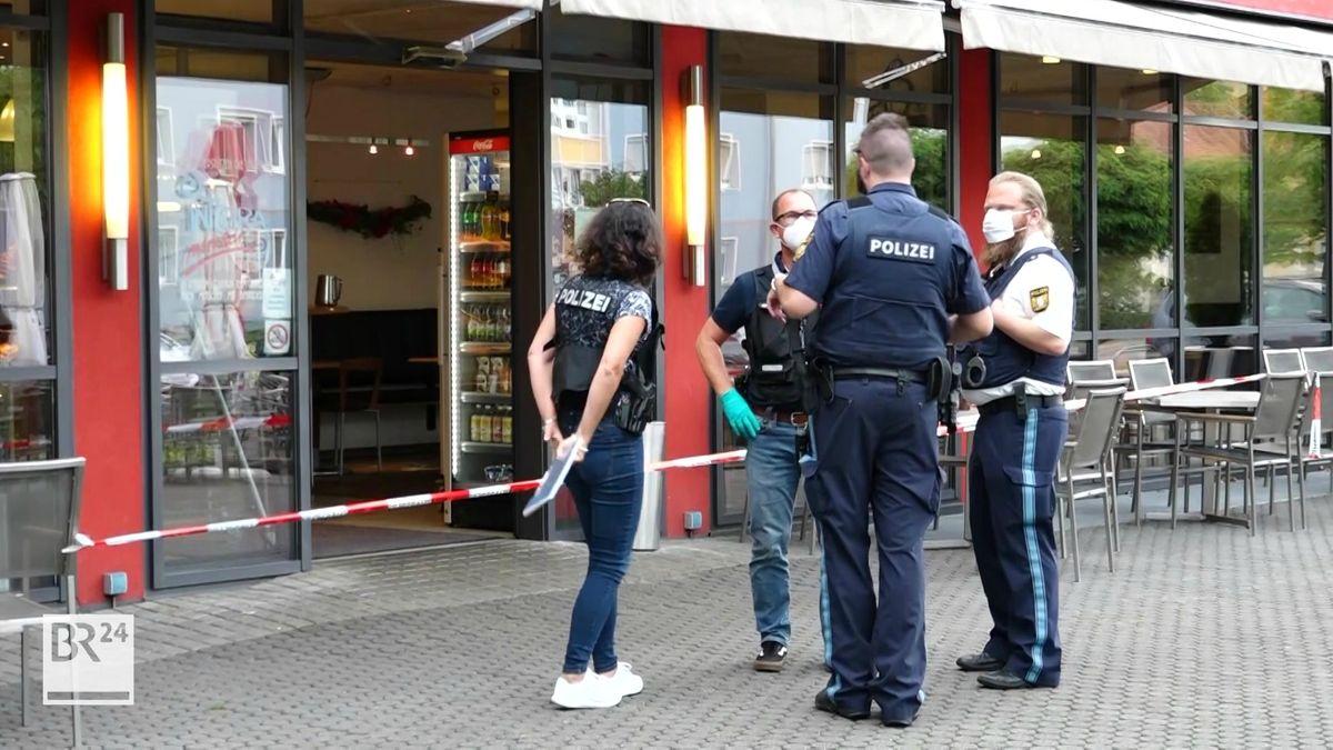 Einsatzkräfte der Polizei stehen vor einer Bäckerei in Bamberg.